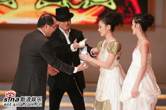 图文:Twins着白色长裙上台领奖