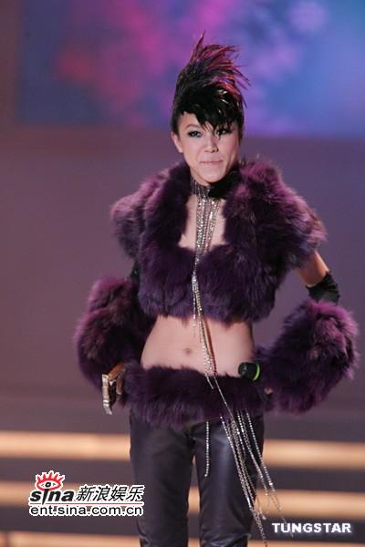 图文:何韵诗紫色露脐装展示魔鬼身材