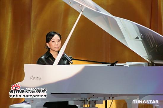 图文:老牌歌手陈秋霞钢琴弹唱名曲《偶然》