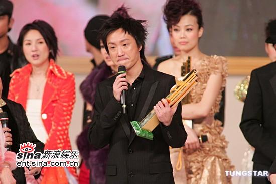 图文:郑中基的《无赖》获得金曲金奖