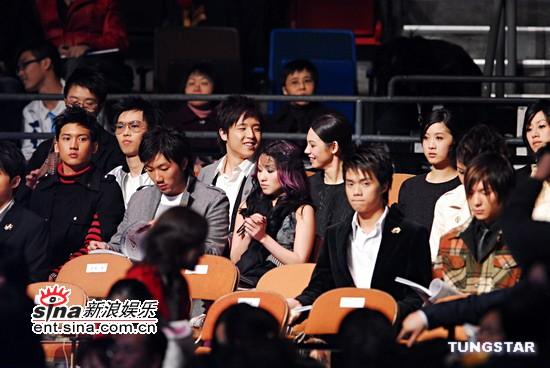 图文:歌手在观众席表情各异--关智斌刘浩龙等