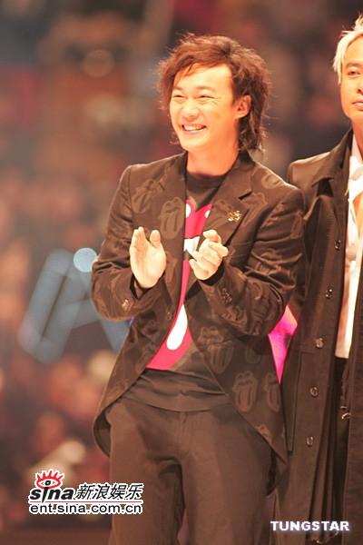 图文:陈奕迅着黑色西装上台很是开心