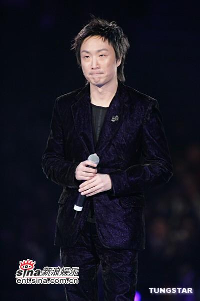 图文:郑中基演唱获奖歌曲《无赖》