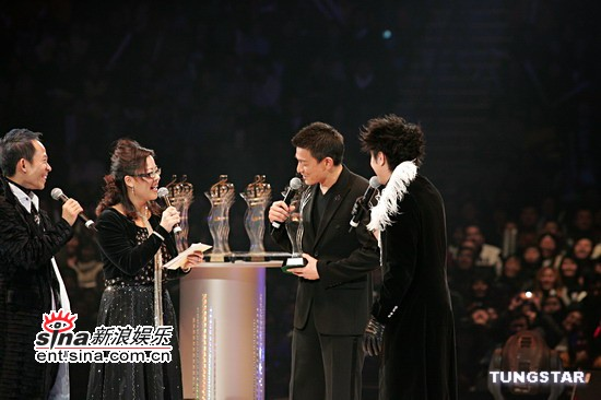 图文:刘德华将颁最受欢迎新人奖,金、银、铜奖