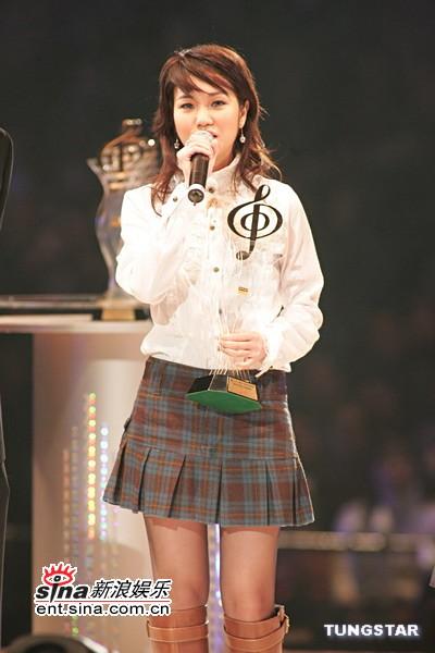 图文:谢安琪着学生短裙装亮相