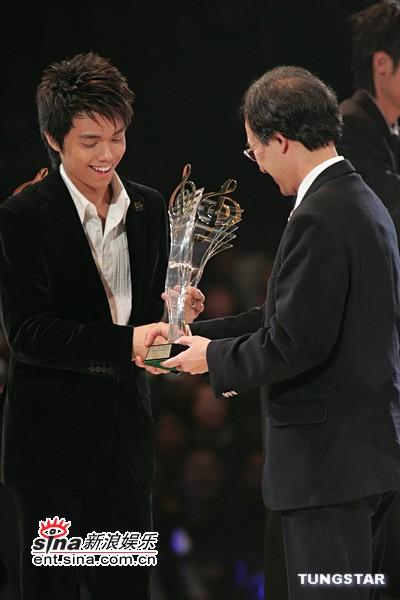 图文:张敬轩上台领奖与颁奖嘉宾握手