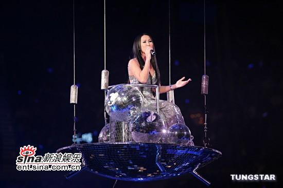 """图文:李玟坐升降舞台有如""""仙女下凡"""""""