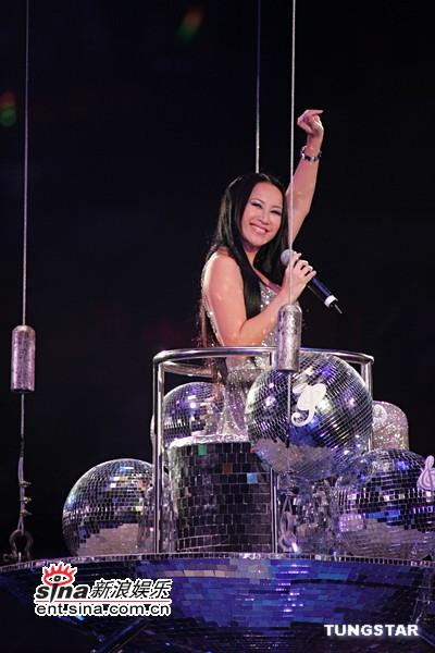 图文:李玟从在舞台上甜蜜微笑