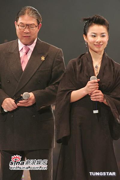图文:刘璇着黑色长袍上台颁奖