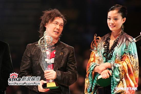 图文:陈奕迅与容祖儿台上说笑