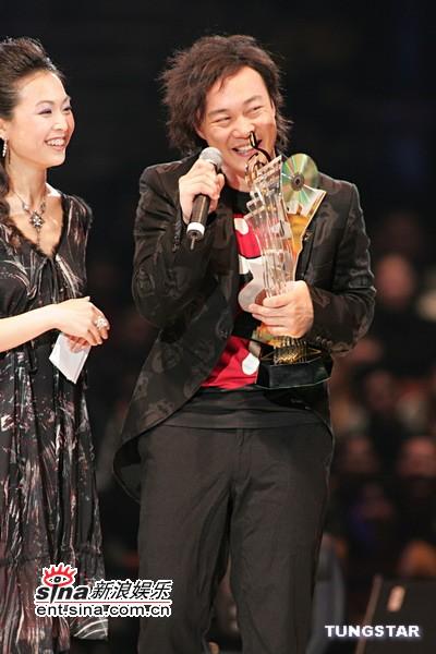 图文:陈奕迅不改嬉皮个性领奖不忘搞怪
