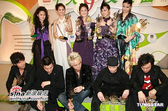 图文:获奖男女歌手在后台交流并合影