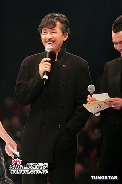 图文:林子祥登台担任颁奖嘉宾颁最优秀歌手奖