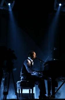 图文:JohnLegend钢琴演奏格莱美倾情演唱