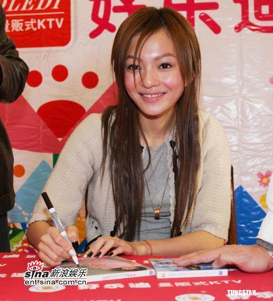 组图:张韶涵首次上海签售千名歌迷排长队支持