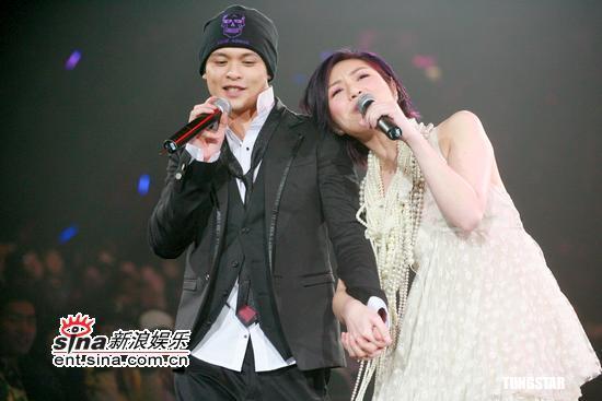 图文:侧田首场演唱会--两人幸福依偎而唱