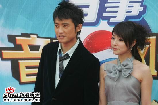 图文:任泉与台湾女星陈怡蓉携手走星光大道