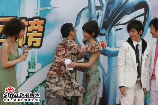 图文:台湾娱乐节目名嘴黄子佼与女主持拥抱