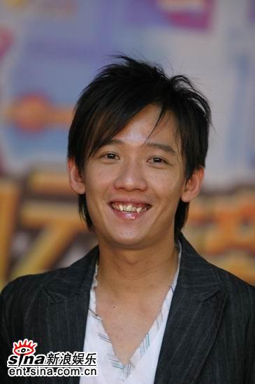 图文:台湾歌手阿牛笑容谦和亮相后台
