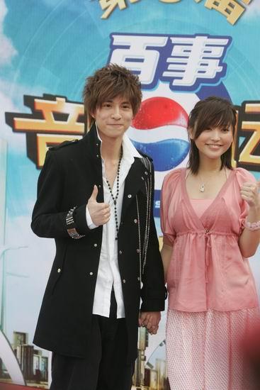 图文:薛之谦黑色风衣金莎穿粉色裙亮相星光大道