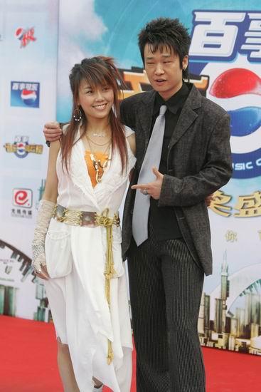 图文:李延亮身着黑色西服与王蓉同亮相