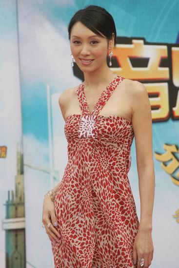 图文:郭可盈着红着露肩长裙亮相