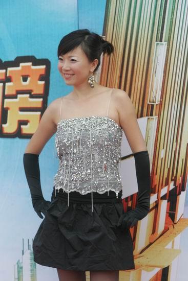 图文:叶蓓黑色手套展现无比魅力
