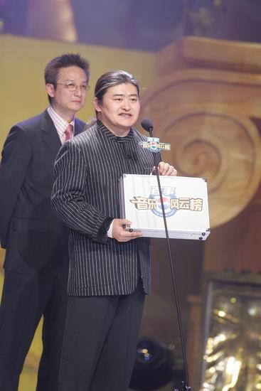 图文:评审团主席刘欢接过密码箱