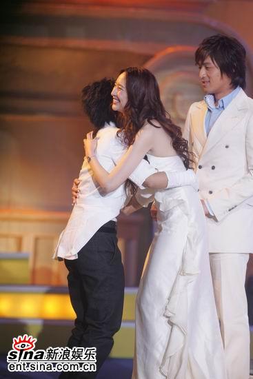 图文:吴佩慈与内地最受欢迎女歌手周笔畅拥抱