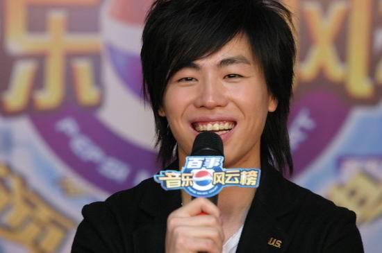 图文:胡彦斌获奖后在后台开心接受采访