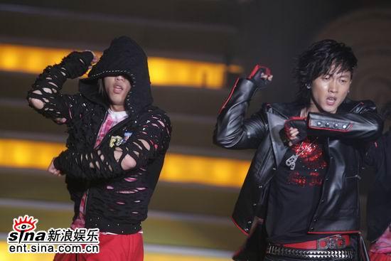 """图文:韩国""""舞王""""张佑赫登台表演--舞步一致"""