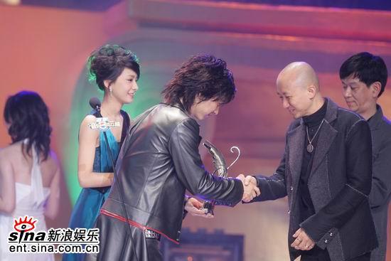 图文:张佑赫与最佳编曲获奖者握手祝贺