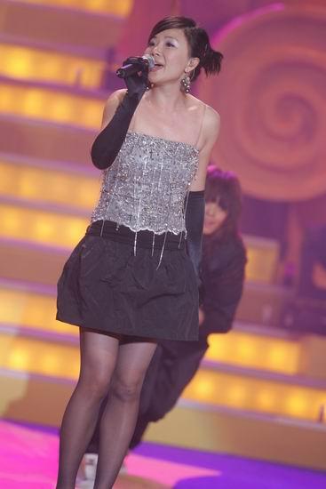 图文:叶蓓登台演唱30年龄段歌曲《彩虹》