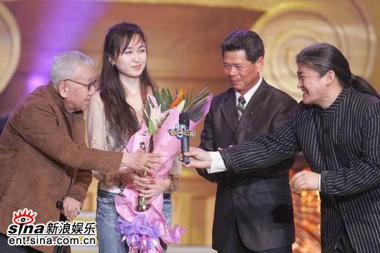 图文:刘欢为庄奴颁发终身成就奖