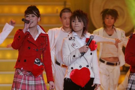 图文:黄雅莉纪敏佳等超女演唱《红日》