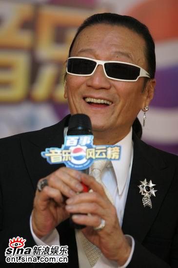 图文:谢贤戴墨镜与时尚耳环后台谈笑风生