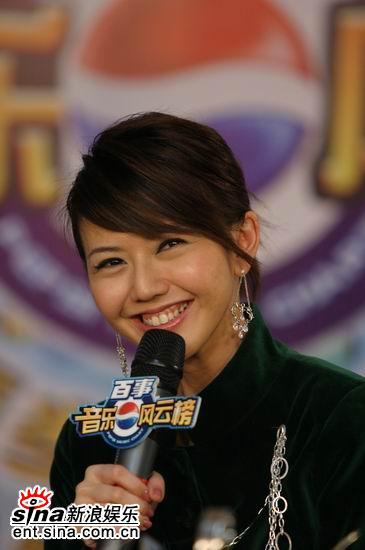 图文:孙燕姿接受采访露出可爱的招牌笑容