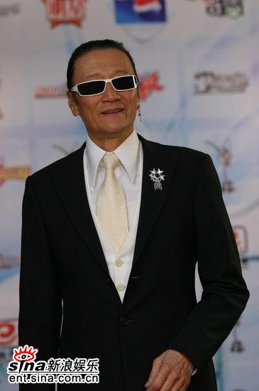 图文:颁奖嘉宾谢贤亮相后台酷气十足