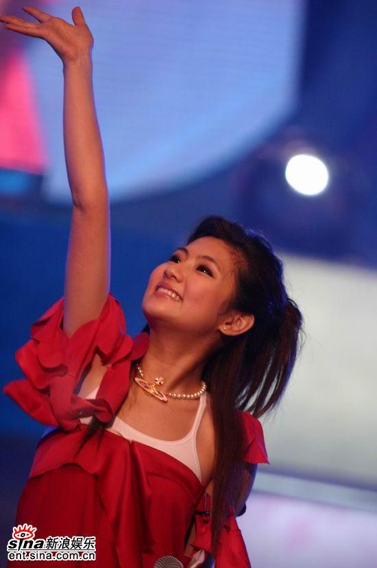 图文:Selina现场挥动手臂翩翩起舞