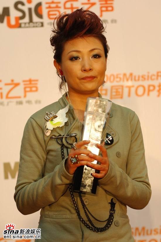 图文:获奖歌手亮相后台--陈琳发型蓬松