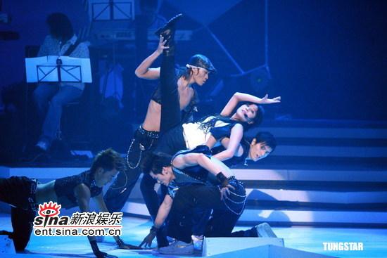图文:众星出席《劲歌金曲》节目--郑希怡抬腿