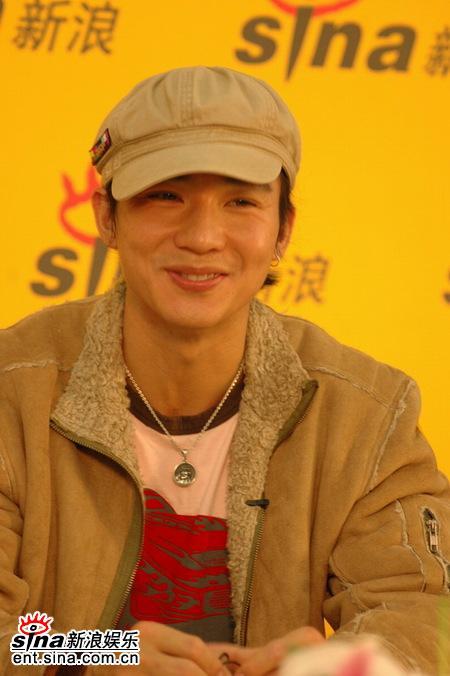 图文:刘�u宏做客新浪聊新专辑--害羞男生
