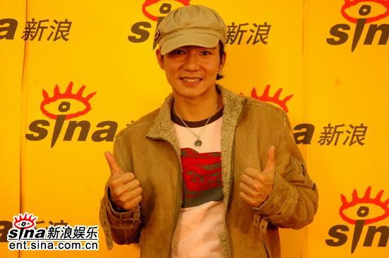 图文:刘�u宏做客新浪聊新专辑--双手摆pose