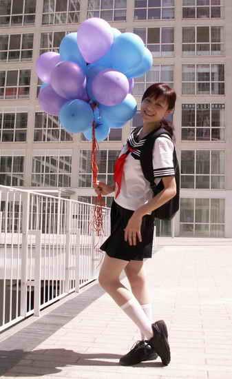 组图:叶一茜学生制服拍摄MV《一起唱》险走光
