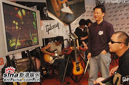 图文:2006迷笛音乐节第三天-弹吉他电子游戏
