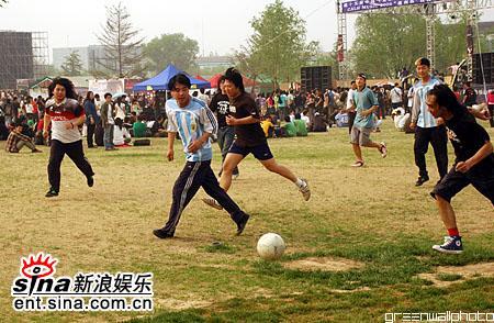 图文:2006迷笛音乐节第三天-舞台下的足球赛