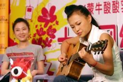 组图:张美娜做客新浪透露10进7将唱中文歌