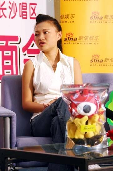 图文:超女张美娜做客新浪--比赛中收获很多