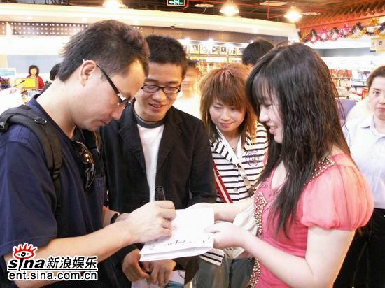 组图:叶一茜北京签售会老板黑楠成半个主角