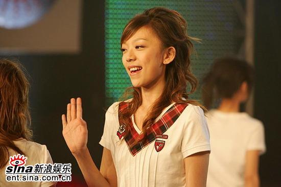 图文:2006超女长沙7强决出-张亚飞向fans招手